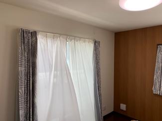 バルコニーへと繋がる主寝室は、いつも明るくて人気の配置。こちらは角部屋なので、さらに明るく感じます(^^)/