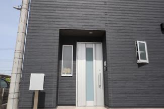 可愛い玄関です。陽の入りを考えて窓も配置されております。
