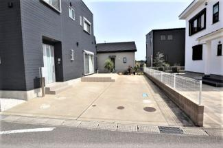 テラスデッキが付いたお庭と駐車の写真です。