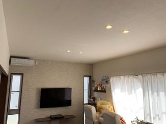 天井高を高くして、開放感と広さを感じるリビングです。大きい掃き出し窓で明るく、テラスデッキに出れるようになっております(^^)/