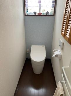 タンクフリーのトイレで、オシャレで明るい清潔感溢れるお手洗いとなっております!
