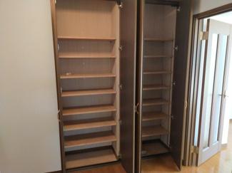玄関のシューズボックスは、家族の多いご家族でもしっかり収納できます。