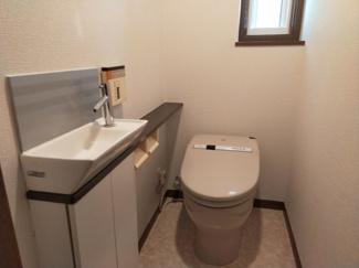 ゆとりのあるトイレ。小窓もあって換気しやすい。