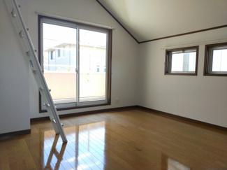 日当たりのよい角部屋の居室。ロフト・ウォークインクローゼット・書斎にも使えるスペースがあり、様々な使い方のできる唯一無二野お部屋です。