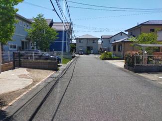 交通量の少ない前面道路はお子様の通学時も安心。