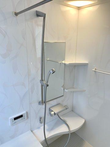 風呂場に物干し竿も付いているので、室内干しをする事も出来ます。