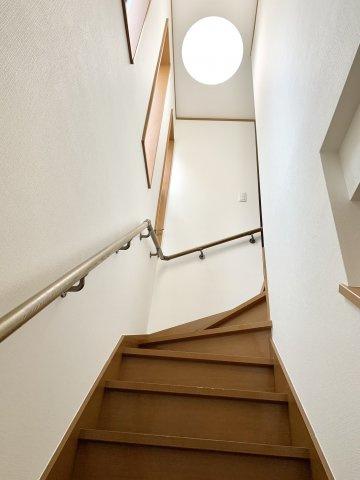 アイキャッチとなる大きな照明が階段を明るく照らしています。