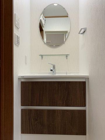 洗面台上部には、電源コンセントあります。