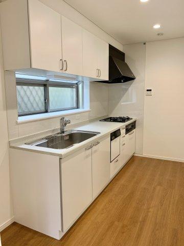 流しの隣には冷蔵庫スペースがあるので、料理の導線もスムーズです。