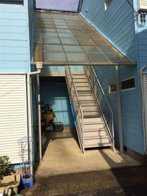 屋根付きの階段で雨の日も安心♪