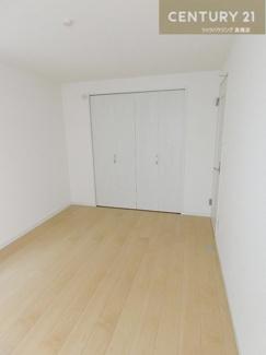 【1号棟】 1階部分の約6帖のお部屋にはたっぷり収納できる クローゼットが付いています。