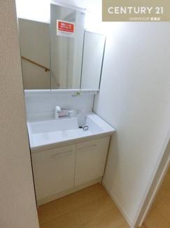 【1号棟】 3階建のお家の方には2つの洗面化粧台があります。 ちょっとした階段の上り下りが短縮できるのもいいですね。