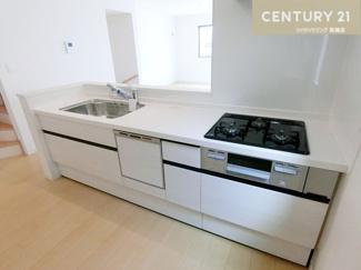 食洗機付システムキッチンです。 対面式なのでお料理をしながら家族の様子を見ることも出来ちゃいますね。
