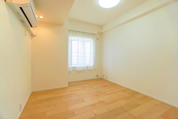 エアコン付き窓があり明るいお部屋となっております。 収納もしっかりとあり、お荷物もスッキリです!