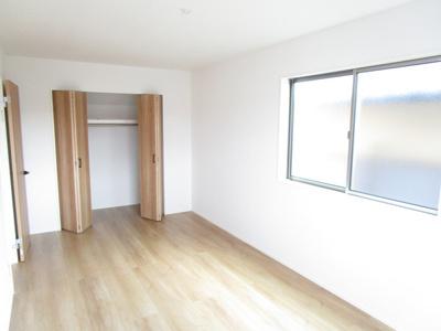 9.0帖のメインベッドルーム♪ワイドなクローゼット付洋室!2面採光で風通し良好です!