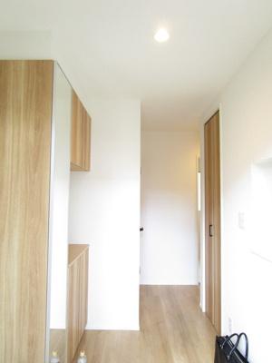 玄関ドアも美しい、グレード感のあるスペースとなっています♪アクセントカラーのある外壁と同色の木目調の玄関扉は外観の統一感だけではなく、高級感も漂います。