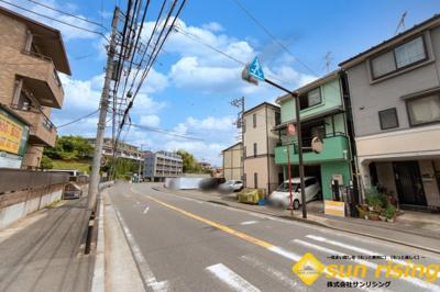 【前面道路含む現地写真】川崎市多摩区長沢2丁目 中古戸建