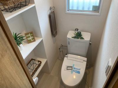 収納もある使いやすいトイレです。