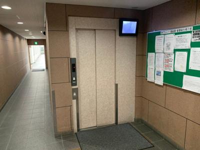 内部が見えるモニター付きエレベーターです。