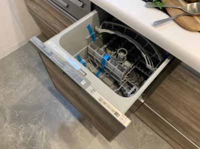 便利な食器洗浄機付きのシステムキッチンです。