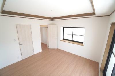【2F南東側洋室約7.0帖】 メインバルコニーに面する居室は 明るく広く主寝室向きです。 大型ウォークインクローゼットも完備。 荷物も部屋に溢れる事なく広く使えます。