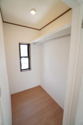 【2F南東側洋室約7.0帖WIC】 たっぷり収納! コートやスーツだけでなく、収納棚を中にしまえば ニットやパンツも中にしまえて お部屋をすっきりと! お部屋のコーディネートと幅が広がります♪