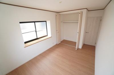 【南西側洋室5.75帖】 居室にはクローゼットを完備し、 自由度の高い家具の配置が叶うシンプルな空間です。 お子様の成長と必要になる子供部屋にするには ぴったりの間取りですね。