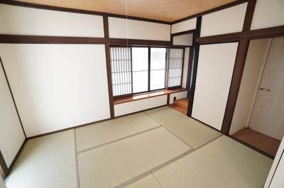 【Japanese-style room】 リビングに隣接した和室。 冬はコタツを置いたり、優しい畳の感触は 赤ちゃんのお昼寝にもぴったりです! 居室スペースとしてだけでなく、 客間としても。