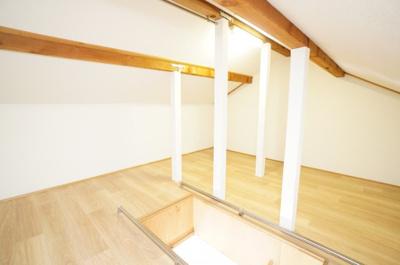 【約4帖ロフト】 2F屋根裏に熱が籠らないよう工夫がされた ロフトが備えられています。 家の中の収納力が格段に上がる小屋裏収納ですが、 2Fの廊下より、折り畳み式の階段にて昇降いたします。