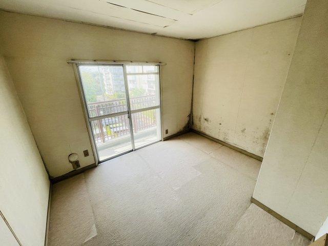 玄関側5.5帖の洋室です!リフォームのご提案も出来ますのでお気軽にお申し付け下さい♪