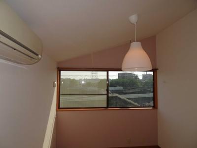 ピンク系の可愛らしいアクセントクロスを貼った洋室