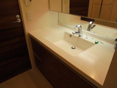 三面鏡タイプの洗面化粧台は、洗面カウンターが広く便利です!