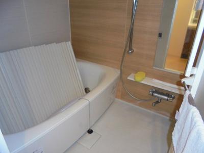 明るい色調の浴室