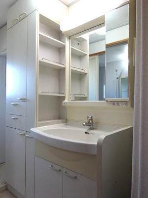 サイドに棚があり便利な独立洗面化粧台