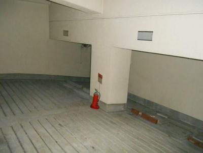 半地下駐車場(屋内) です