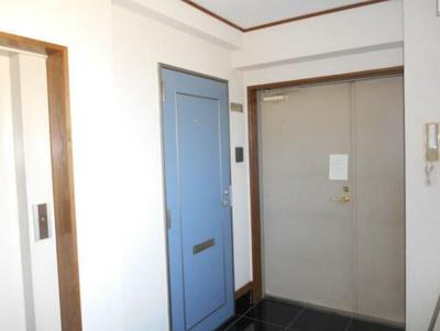 4階専用エレベーターの横に玄関があります