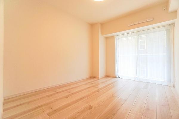 窓があり明るい5.8帖のお部屋となっております。 収納もしっかりとあり、お荷物もスッキリです!