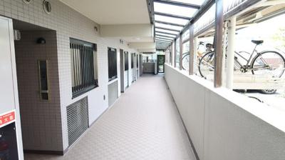 幅の広い共用廊下は、とても気持ちが良いです♪扉を開けた瞬間に明るい気分にさせてくれます♪