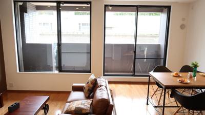 リビング・ダイニングの段差が、空間を演出しています。大きな窓からは豊かな陽光が注ぎ込み、爽やかな住空間を演出。