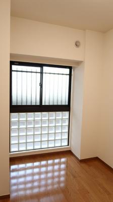 4.0帖の洋室には、おしゃれなガラスブロックが採用されています♪