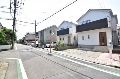 前面道路は5.4mで閑静な住宅地となります。車通りも少なく運転が苦手な奥様も安心して駐車できます。