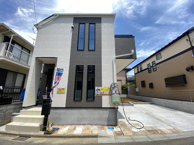 敷地面積が約39.5坪で広いお庭と駐車スペース2台のゆとりある邸宅です。