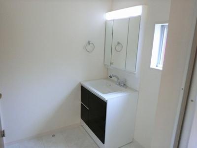 【同社施工写真】 独立洗面台、朝の身支度には欠かせませんね♪ とっても見やすい三面鏡になっていますよ♪