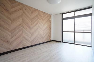 リビングと洋室の東面は、同じヘリンボーン調の木目アクセントクロスで統一感を出しております。