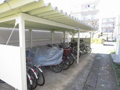 敷地内に嬉しい屋根付きの駐輪場あり