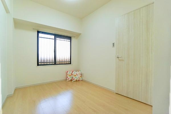 寝室にしてもよし!仕事部屋にしてもよしの5帖洋室です。 落ち着きのある空間♪