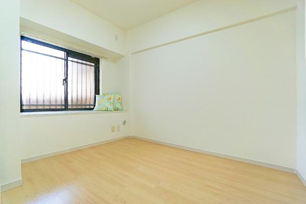 窓があり明るい5.5帖のお部屋となっております。 収納もしっかりとあり、お荷物もスッキリです!
