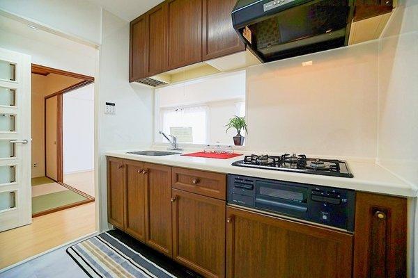 対面式のキッチンはお料理中でも家族とのお話も弾みます! お天気の良い日は電気をつけなくても明るい設備充実のキッチン!