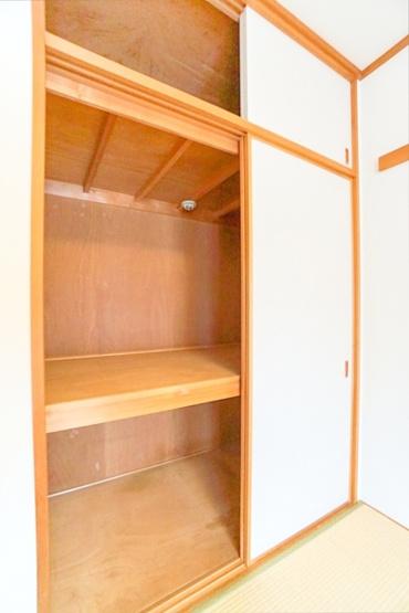 押し入れは来客用の布団や、大きなものを 入れておくときに重宝します!