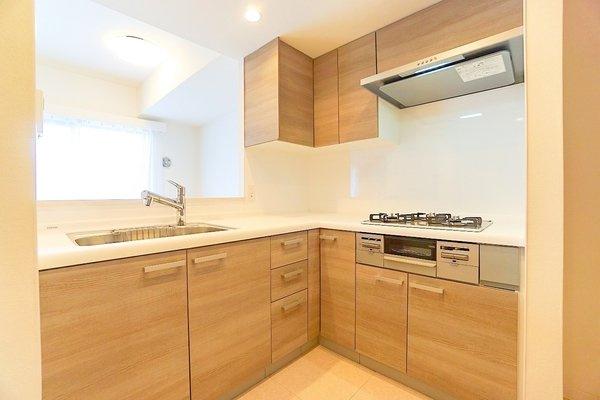 L型キッチンは移動が少なく負担減! 対面キッチンの為、家族との会話も弾みます♪ 日中は電気をつけなくても明るいです!